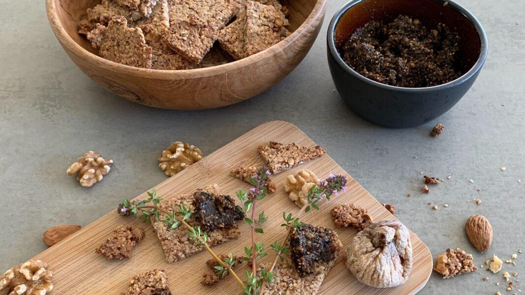 Baumnuss-Cracker mit Feige-Oliven-Tapenade