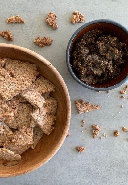 Baumnuss-Cracker mit Feigen-Oliven-Tapenade